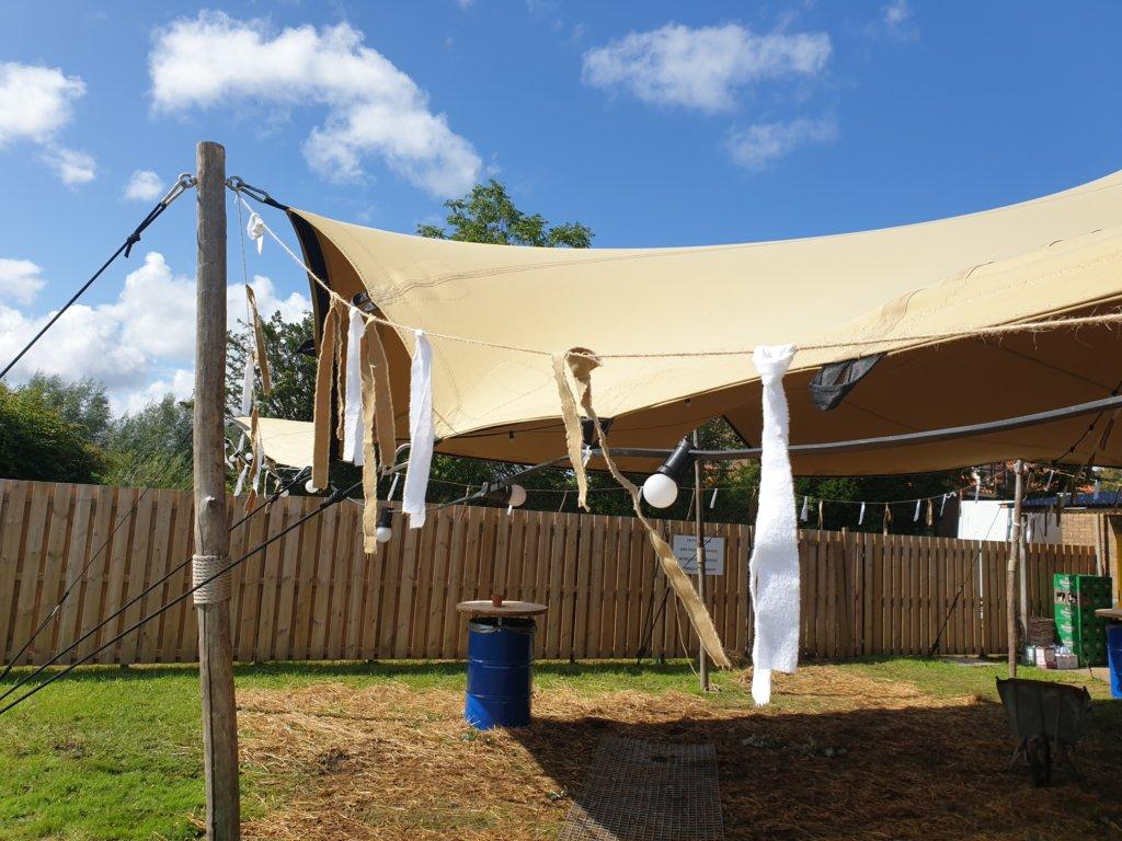 Statafels, vlaggenlijnen en tenten
