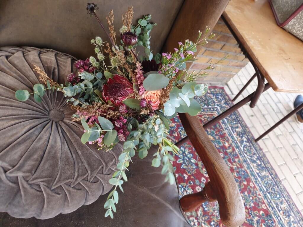 bloemarrangementen, rookstoelen